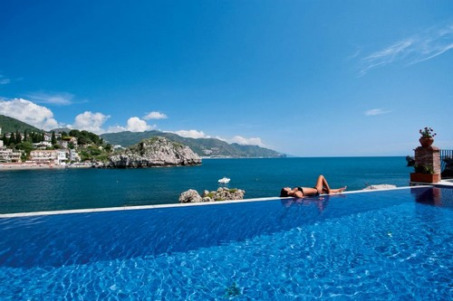 Top 10 exotic man made infinity pools wonderslist for Hotels in ravello with swimming pool