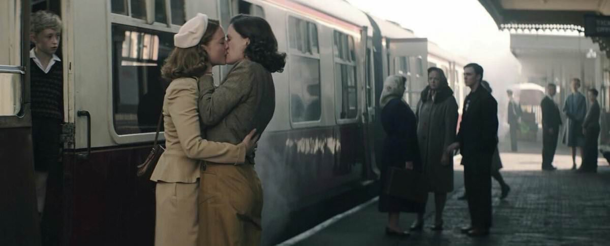 KISSING AT TRAIN STATIONS – France